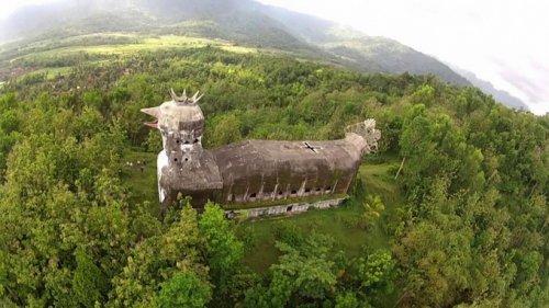 Заброшенная церковь-цыпленок в Индонезии