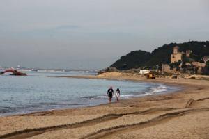 Испания: Каталонский пляж подключился к электросети и Интернету
