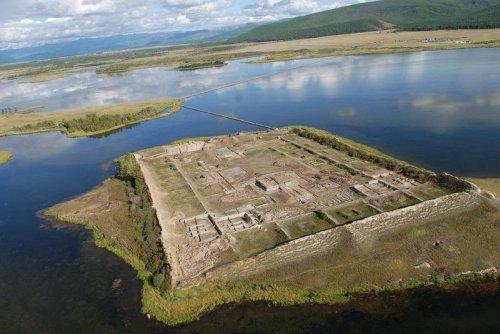 Древняя крепость посреди озера